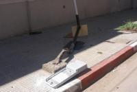 El misterio de la columna y un cartel derrumbados sobre calle Alem