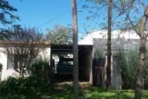 El señor Diaz sigue con el poste de TELECOM frente a su garaje