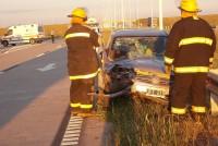 Un automóvil colisionó en la parte trasera de un camión
