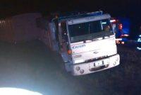 Camionero sufrió ACV, despistó y terminó sobre el cantero central de la autopista
