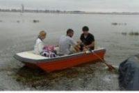 La Blanqueada: ante la falta de respuestas de las autoridades provinciales, un grupo privado colocó un carretón para cruzar por la zona afectada cobrando 200 pesos