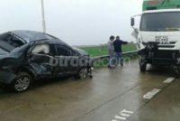 Un automóvil despistó e impactó contra un camión y el guardarrail