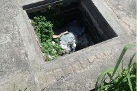 Boca de cloaca descubierta sin tapa en la vereda de calle Chacabuco en pleno centro de la Ciudad