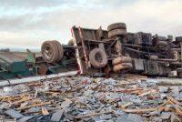 Despiste y vuelco de un camión con losetas en autopista en General Roca