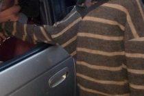 Un niño se acercó a un auto para pedir dinero. Cuando miro en su interior no aguanto las lágrimas.