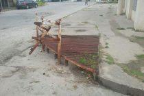 Guardarrail roto y peligroso en Alvear y Santiago del Estero