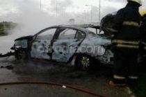 Un automóvil despistó en autopista, chocó contra guardarrail y se incendió