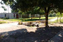 Vecino cortó la calle enojado por falta de recolección de escombros y basura