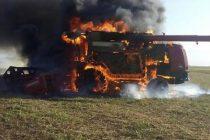 Incendio total de una máquina cosechadora en un campo ubicado entre Marcos Juárez y Leones