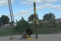 Vecinos de calle 19 de Octubre y Los Constituyentes colocaron postes para señalizar baches en la calle