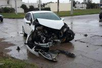 Colisión de dos vehículos en calles Bismark y Rivadavia, uno de ellos con importantes daños en la parte delantera
