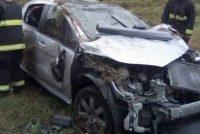 Un auto despistó, realizó varios tumbos, impacto contra guardarrial y terminó en el camino lindante de autopista