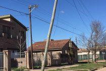 Poste descalzado en calle Gato y Mancha 780 de El Panal