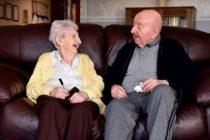 Tiene 98 años y se mudó a un geriátrico para cuidar a su hijo de 80