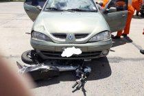 Leones, una motocicleta terminó debajo de un automóvil