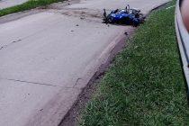 Accidente en solitario de una moto en la rotonda este de ruta 9 donde un joven de General Roca sufrió la amputación de una pierna