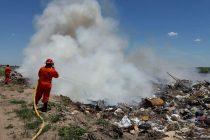 Incendio de basura en predio aledaño a una cava al norte de Leones