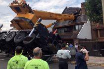 Mataderos: una grúa se cayó y partió el techo de una casa