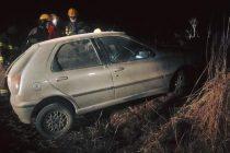 Despiste en solitario de un automóvil en un camino rural de Noetinger