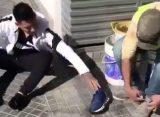El gesto de Brian Sarmiento con un trapito: le regaló sus zapatillas y se fue descalzo
