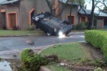 Vuelco de un automóvil que quedó con las cuatro ruedas hacia arriba en Fuerza Aérea y Chacabuco