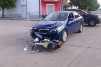 Choque entre moto y auto en Leones, donde una joven de 17 años sufrió fractura de tibia y peroné