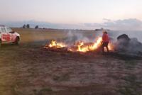 Incendio aparentemente intencional de rollos de fardo donde trabajaron 12 bomberos