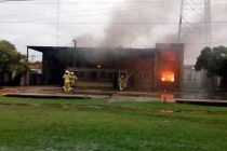Inriville:  Incendio de magnitud con pèrdidas totales por la caída de un rayo en el corralón de la familia Imola