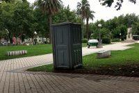 Inquietud de vecino respecto al baño químico en la plaza céntrica