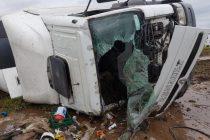 Vuelco de un camión en el kilómetro 440 de autopista Córdoba-Rosario.-