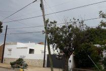 Lluvia de reclamos por postes a punto de caerse en la ciudad.