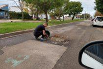 Vecino de calle Sáenz Peña arreglando un histórico pozo